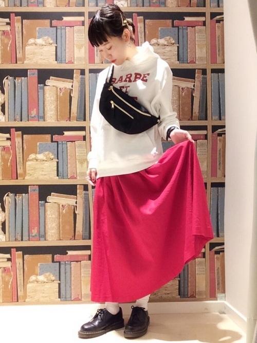赤スカート×パーカーでアクティブな印象に