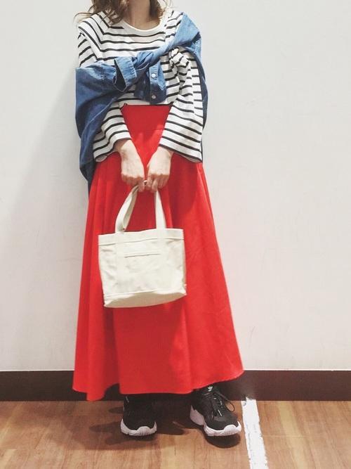 赤のフレアスカートでマリンコーデ