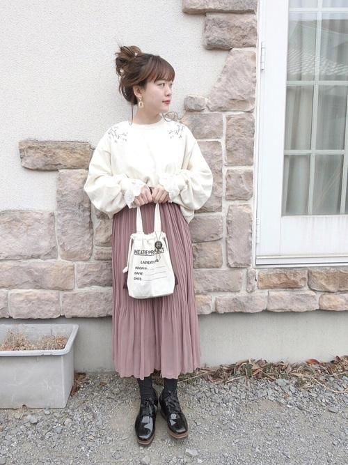 白トップス×ピンクボトムスコーデ(プリーツスカート)