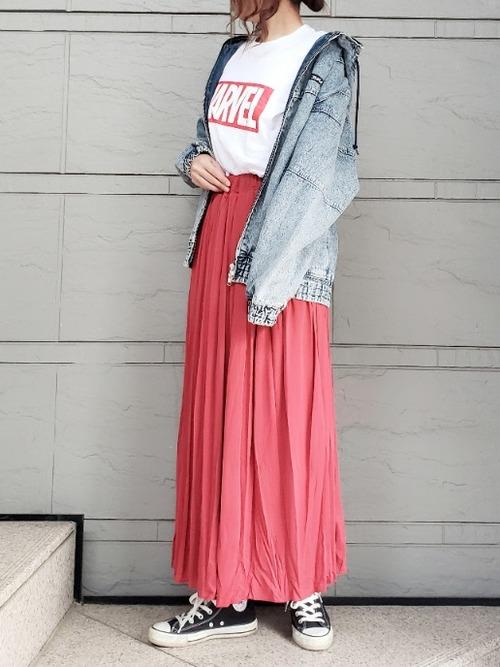 赤のプリーツスカートで甘辛ミックスコーデ