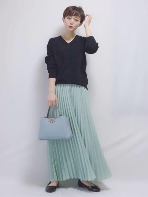 黒パンプス×ペールトーンスカート