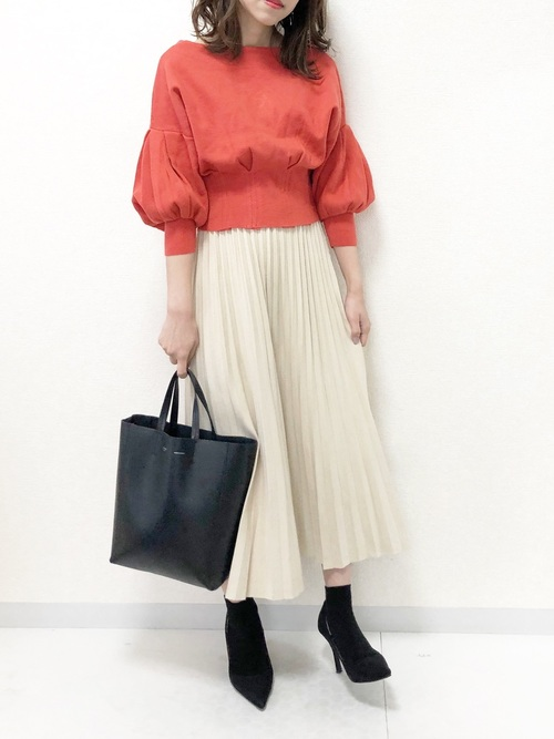 黒パンプス×プリーツスカート