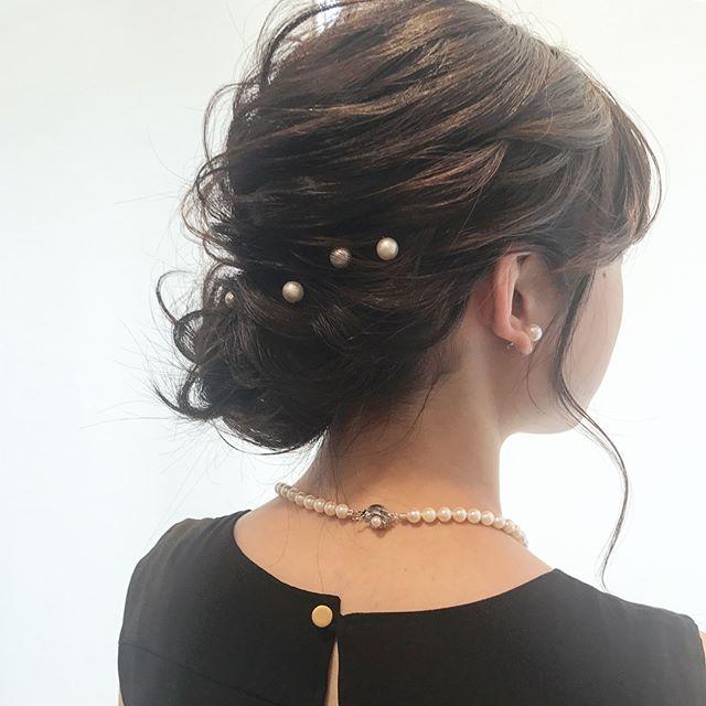 シンプルなヘアアクセを使ったシニヨン