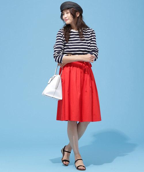 鮮やかな赤スカート