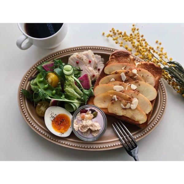 りんごトーストとサラダ&チキン:スモーキーブラウンのお皿で