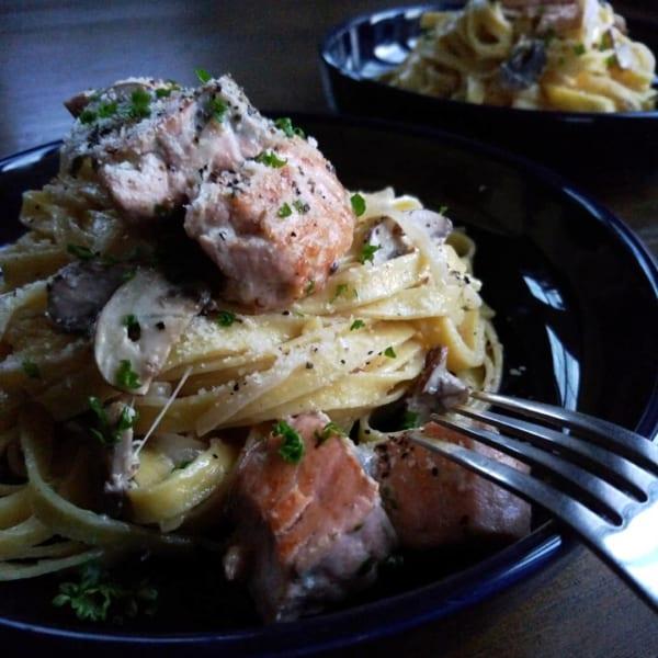 秋鮭とマッシュルームのクリームパスタ