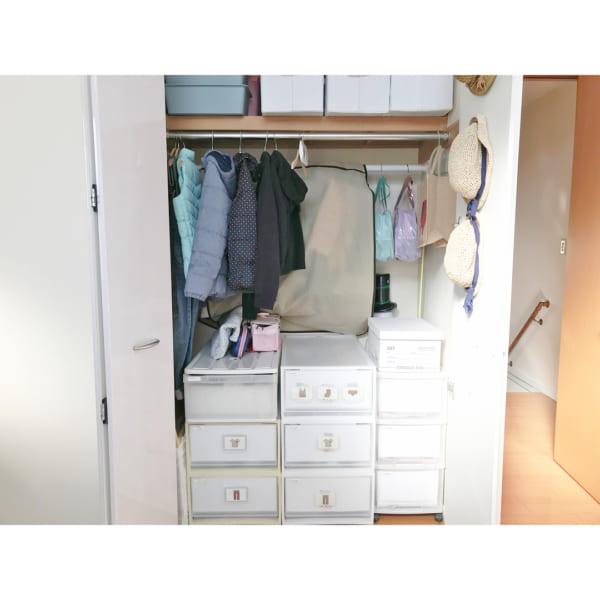クローゼット内の壁面などを利用して、より使いやすい収納にする3