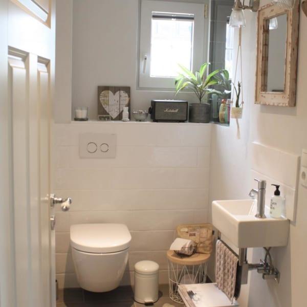 ホワイトのブロック風タイルがおしゃれなトイレ