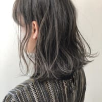 黒髪×ハイライトなら簡単に垢抜けた印象に。暗髪でも地味に見えない万能スタイル
