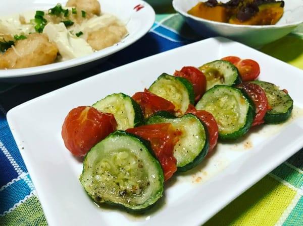 ズッキーニとトマトの蒸し焼き