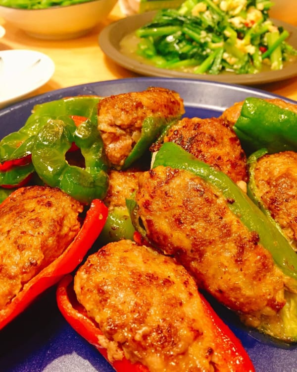 緑と赤ピーマンの肉詰め