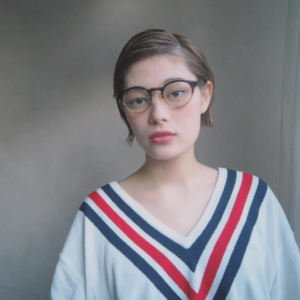 メガネ×前髪なしのスッキリショート