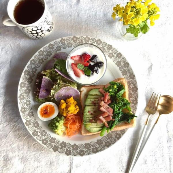 菜の花とアボカド&ベーコンオープンサンド:お花柄が可愛いサークルプレート