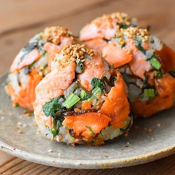 お手軽簡単に栄養摂取!鮭とかぶの葉と塩昆布のおにぎり