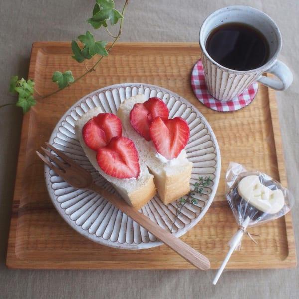 イチゴをハート型にカット