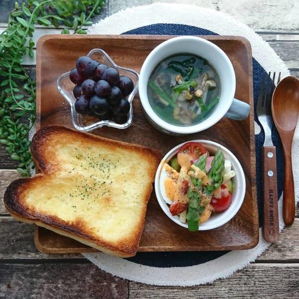 トーストと野菜たっぷりスープ:木製スクエアプレートに