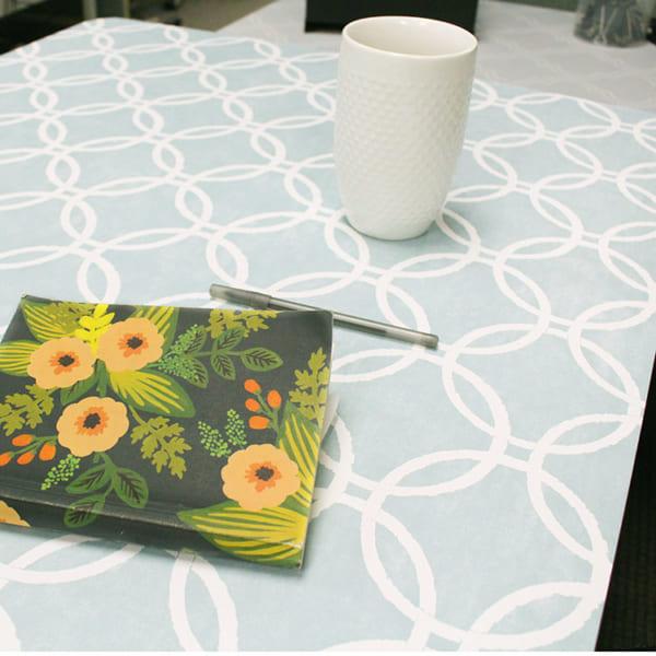 テーブルに