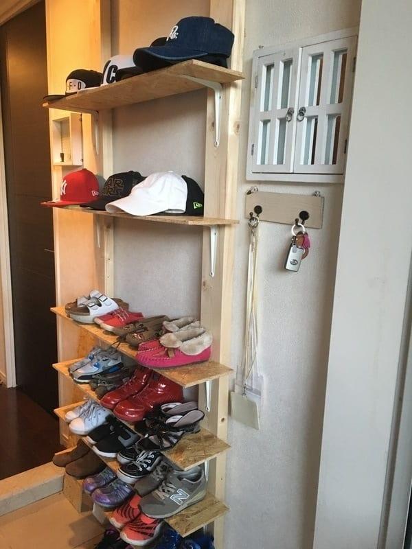 簡単な棚でも帽子を飾ればお洒落な雰囲気に