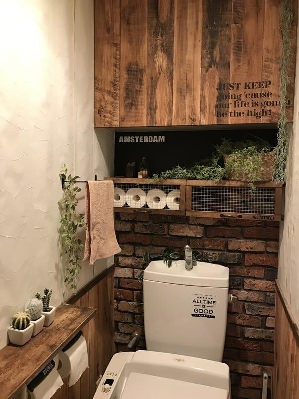 トイレの上や後ろに棚をDIYして空間を有効活用して