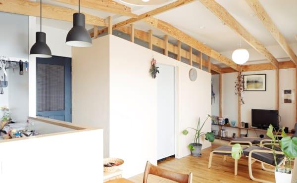 のくらし いけばなの棚と小屋のような梁2