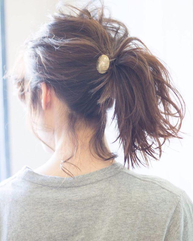 ミディアムヘアの一つ結びアレンジ