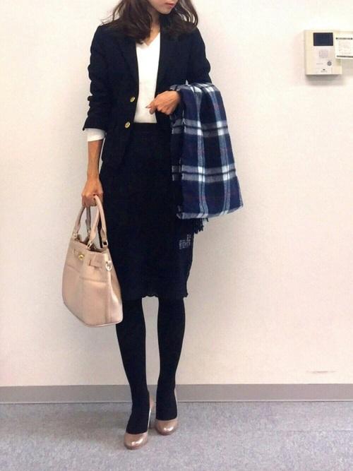 ネイビージャケット+スカートのシンプルコーデ