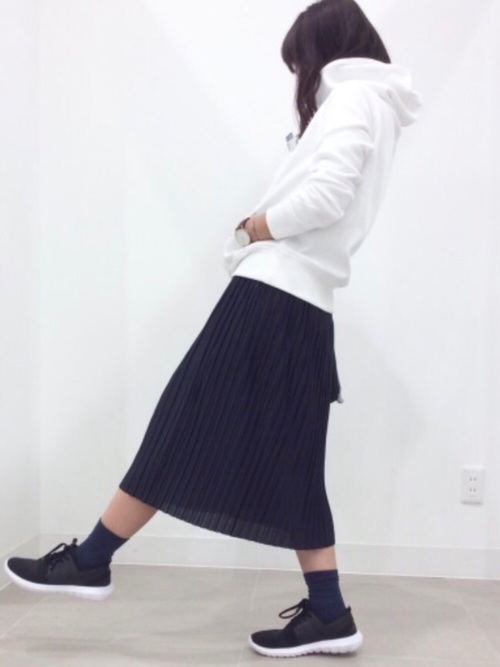白パーカー プリーツスカート