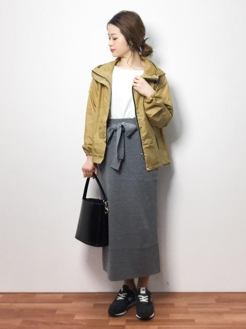 レインジャケット×スカートコーデ