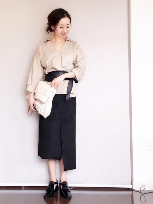 ベージュのスキッパーシャツ 黒スカートコーデ