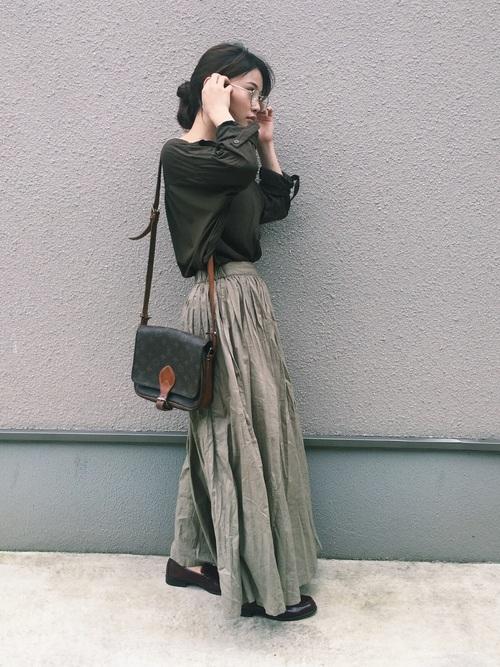 カーキのスキッパーシャツ ロングスカートコーデ