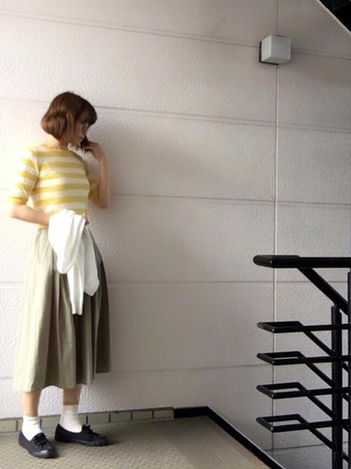黄色トップス×カーキスカートコーデ3