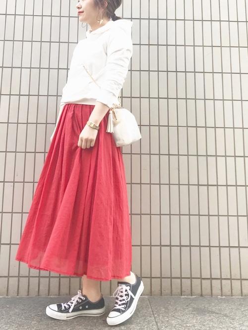 白パーカー フレアスカート2