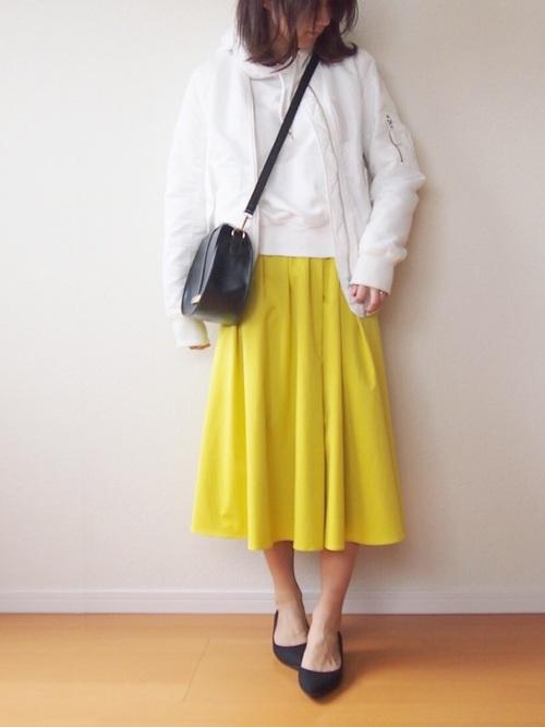 白パーカー きれい色スカート2