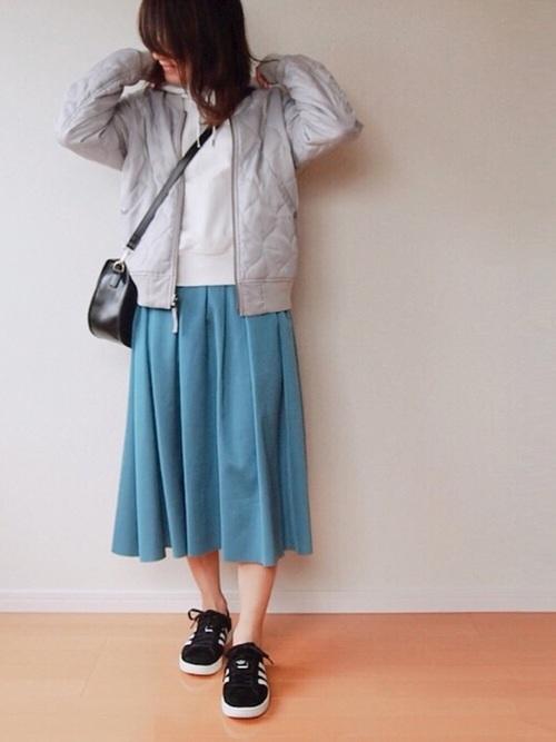 白パーカー きれい色スカート