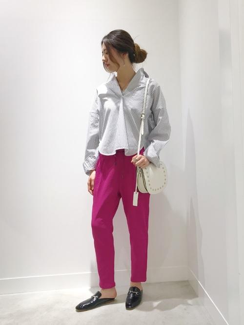 ストライプのスキッパーシャツコーデ ピンクパンツ