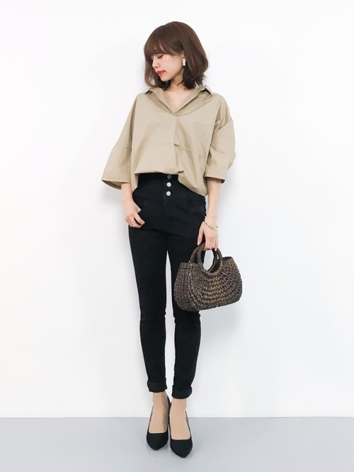 ベージュのスキッパーシャツ 黒スキニーコーデ