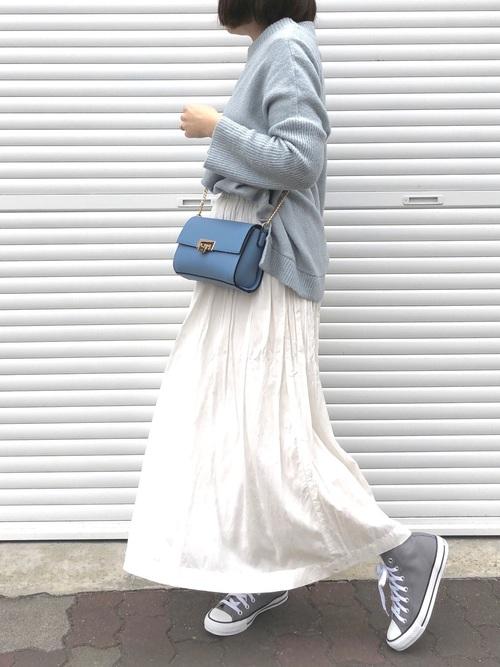 水色トップス×白ボトムス(スカート)