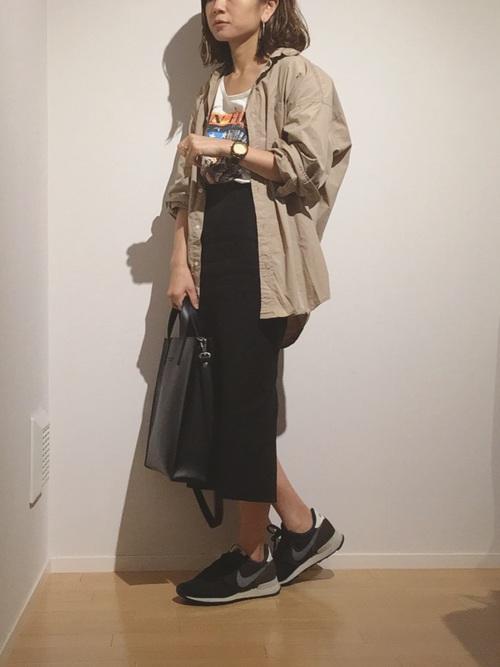 黒タイトスカート×プリントTシャツ