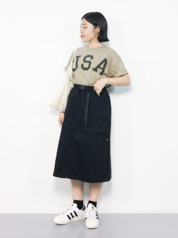 ロゴTシャツ×ロング丈スカートのスポーティーコーデ2