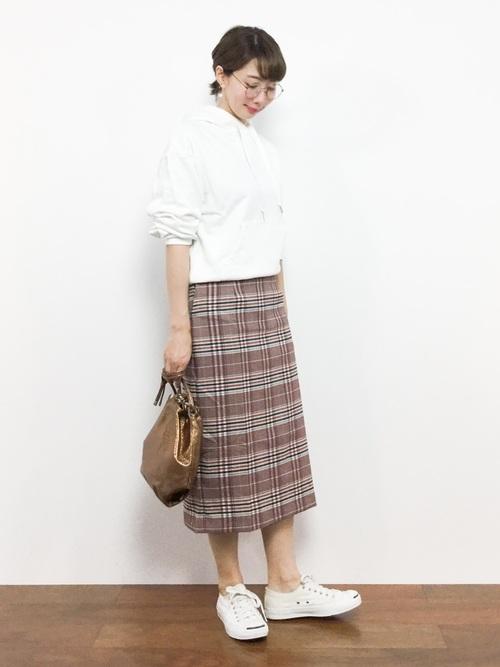 白パーカー チェック柄スカート2