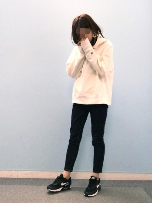 白パーカー×パンツコーデ スキニーデニム