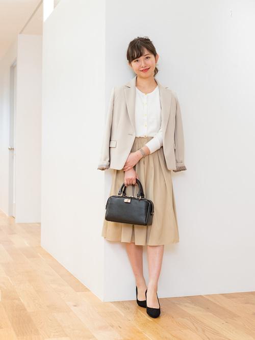 ベージュジャケット+スカートのシンプルコーデ