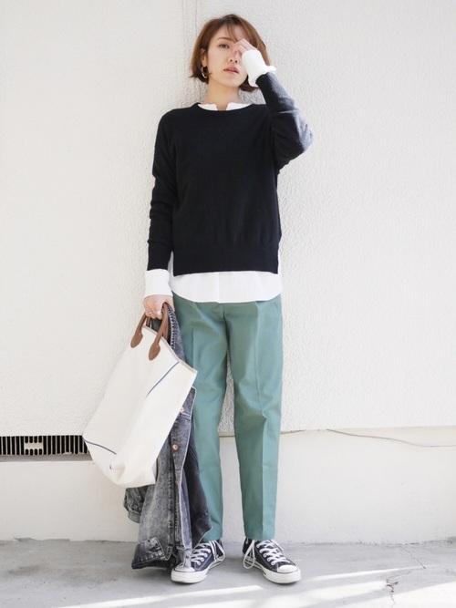 【緑パンツ×黒トップス】のスタイリッシュコーデ