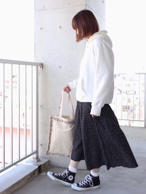 白パーカー ドット柄スカート