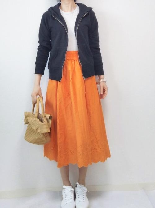 ユニクロのオレンジスカートコーデ