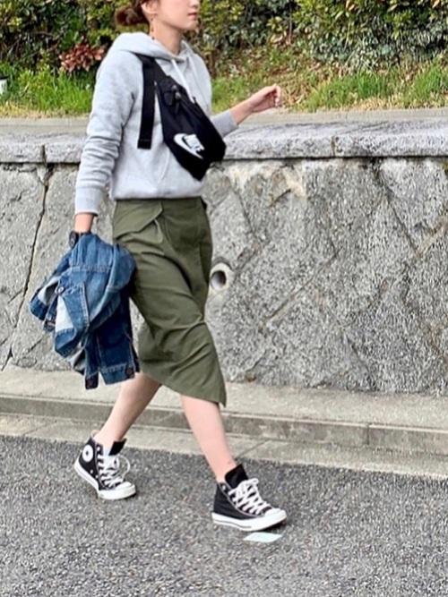 【緑スカート×グレートップス】の大人カジュアルコーデ