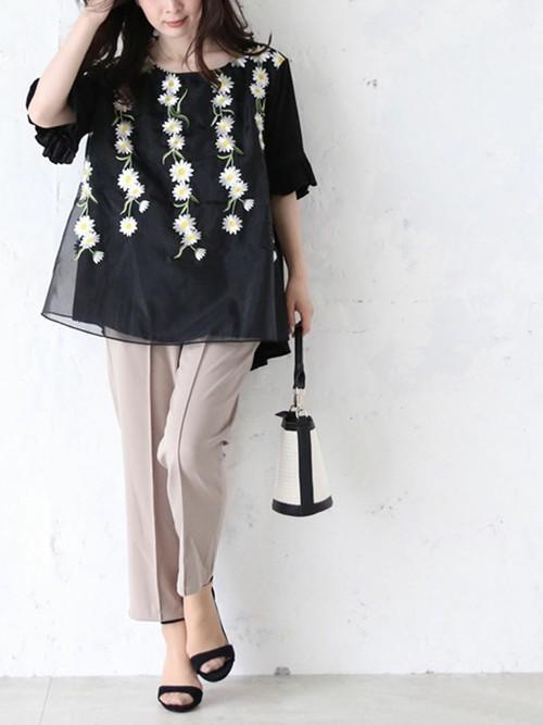 [cawaii] 垂れ咲く白花刺繍を纏うトップス 半袖ブラウス Aライン