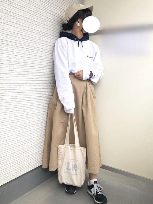 白パーカー マキシ丈スカート