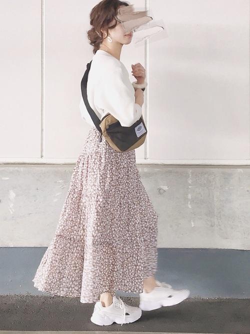 クルーネックトップス(ユニクロ)×花柄スカート(GU)