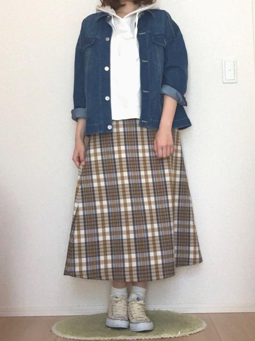 白パーカー チェック柄スカート